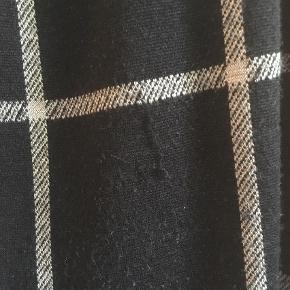 Varetype: Midi Farve: Sort Prisen angivet er inklusiv forsendelse.  Brugt ig elsket, men nu skal den videre. Med lommer. Der er en lille tråd, der er gået (se billede), derfor den lave pris.