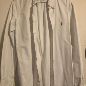 Ingen fejl eller misfarve på skjorten. Så god som ny.