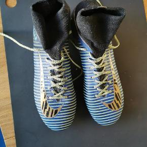 """Specialdesignet Nike Mercurial fodboldstøvler (NikeId) . Superlet. Købt for to år siden. Brugt kun en enkel uge, da den var for lille. Signeret med min brors navn, """"Ralle"""". Nypris: 2000"""