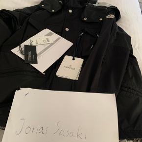 Sælger denne spritnye Moncler Sienne jakke. Prismærke, tags og følgeseddel medfølger. Det er en størrelse 2 Nypris: Over 8000 kr  BYD!