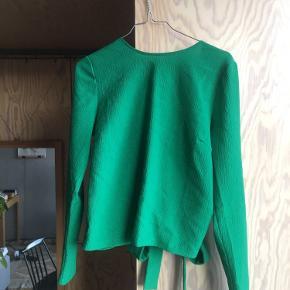 Smuk flaskegrøn slå-om-trøje med åben ryg.   Jeg kan mødes i KBH og handle, eller sende med posten, hvis køber betaler porto.