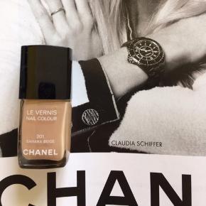 """Fin farve fra Chanel : 201 Sahara Beige .  Kanten går igennem teksten """"nail colour"""" , så der er ca halvdelen tilbage. Toplåg medfølger . Æsken følger ikke med.  Kan sendes billigere med postnord ved køb over mobilpay (alm brev 20 kr)   Se også alle mine andre annoncer!   Søgeord: beige neglelak nailpolish nail colour nailcolour neglelakke manicure"""