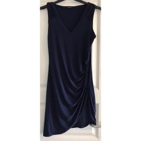 Kjole med masser af stræk. 92% polyester og 8% elastan. Brystvidde: 44 cm. X 2 uden at strække stoffet. Længde: 100 cm.