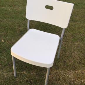 Spisebordsstole, Plastik/stål, IKEA HERMAN Jeg har 20 stk. plastikstole fra Ikea (10 i sort plast + 10 i hvid plast). De er brugt en enkelt gang til en fest og er derfor i fin stand. De har stået i en garage i flere år, så de trænger til en afstøvning/afvaskning. Det første billede er mit eget. De øvrige billeder er fra nettet. Sæde og ryglæn er i plastik. Rør er i lakeret stål. Stolen vejer meget lidt - og er nem at bære, da der er håndtag i ryggen. Den er meget anvendelig i det daglige og til større arrangementer/events/fester, da den er nem at bære og kan stables. Mål: Bredde: 45 cm Dybde: 50 cm Højde: 78 cm Sæde bredde: 39 cm Sæde dybde: 42 cm Siddehøjde: 44 cm Nypris cirka 150 kr. pr. stk.  10 sorte stole: 600 kr. 10 hvide stole: 600 kr.  Alle 20 stole sælges samlet for 900 kr.  De kan afhentes i Skovlunde fra torsdag den 9. juli (eftermiddag/aften).