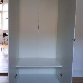 GRATIS GARDEROBESKAB  b: 80 d: 50 h: 180  IKEA garderobeskab. Gives væk. Knopperne koster 80 kr. Kan afhentes gratis uden knopper.  Garderobeskab, der kan blive så fint med en gang maling. Evt. til børneværelset eller studieboligen.  Har rester af maling på indersiden af lågerne (se billede for det mest tydelige).  Kommer fra ikke-ryger hjem.  Afhentes på Amagerbro på 4. sal. Ingen mulighed for hjælp med at bære pga. hold i ryggen. Hurtig afhentning prioriteres.  Tags: Gør-det-selv projekt, børneværelse, studiebolig, garderobeskab, skab