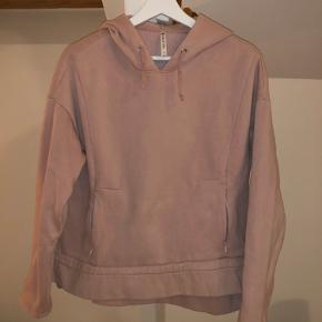 Fabletics Rosa cropped sweatshirt i str. M. Knapt nok brugt og i super fin stand. Kan bindes i siderne. Nypris 260,- Byd endelig:)