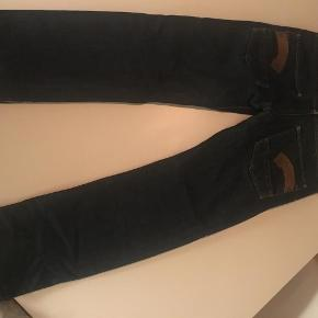 Varetype: Heller low straight Størrelse: W26L32 Farve: Blå Oprindelig købspris: 700 kr.  Super cool jeans str ca 10-12 år... Knaplukning...