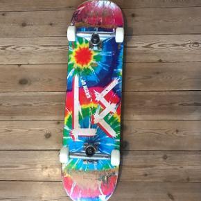 """Lækkert skateboard (8,25) fra amerikanske LE Skateboards. Decket er ikke skatet meget og har stadig et dejligt pop i både Nose og Tail.  Hjulene og kuglelejerne er fuldstændig nye. Trucksene er nærmest ikke brugt.  - Deck: LE Skateboards (Life Extension). Amerikansk brand af Pro skater Nick Trapasso - Deck-str.: 8,25 - Kuglelejere: Shake Junt (349 kr.) - Hjul: No Name Brand (249 kr.) - Trucks: Crail (449 kr.) - Bolts: Independent 1"""""""