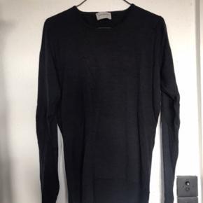 Varetype: Bluse Pullover Uld Trøje Størrelse: M / 38   Super lækker strik fra legendariske, engelske John Smedley. Fineste Merino Uld.  Lille i størrelsen. Angivet som L. Passer en M str 38