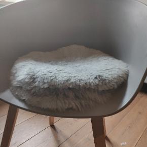 4 lammeskindsstykker til at lægge på en stol Nypris samlet 800 kr.  Byd