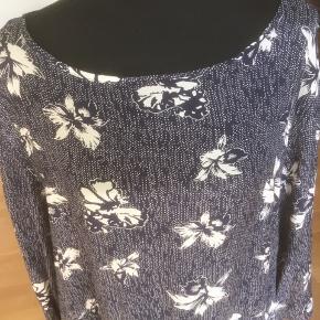 Skøn blå kjole med hvidt mønster Ren viscose.  Sidelommer Brystmål er 114 cm