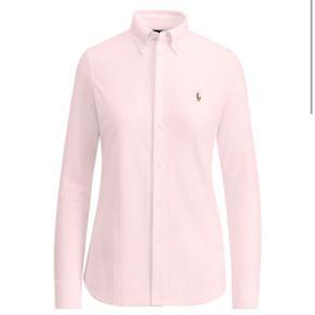 Sælger min lækre lyserød stribet skjorte fra Ralph Lauren Skjorten er kun gået med 3 gange, og fremstår derfor som ny  Nypris: 999kr