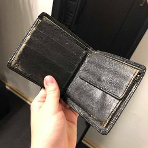 Louis Vuitton pung sælges!!  stand 6/10 intet medfølger, kun pungen. Stadig lækker pung, fuld funktionel og meget dyr for ny.  600kr. -