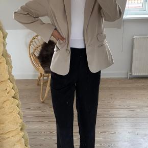 Fin kort beige blazer købt brugt - mærke H&M. Brugt - men i meget fin stand, uden nogle tydelige skader og slid! Str. XS 💗