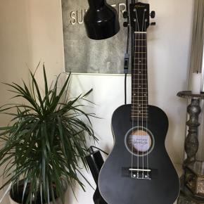 Går og overvejer at sælge min ukulele, da jeg ikke får den brugt så meget mere. Det er  en ukulele concert, og er rigtig fin til nybegyndere. Np var 350,-