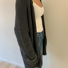 Stor og chunky Envii strikket cardigan, med lommer og lynlås.  Den er stor i størrelsen