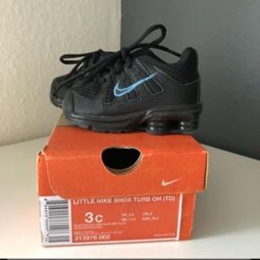 Helt nye, Nike shox sælges. Str er 18,5 og nypris var 300kr, sælges billigt da de bare fylder.     Køber betaler selv fragtomkostninger