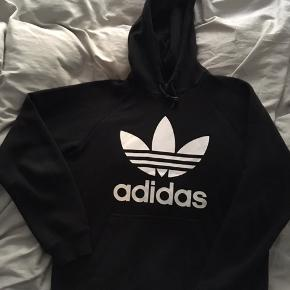 Fed Hoodie fra Adidas.