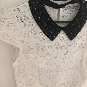 Karen Millen bluse UK8/EU36, hvid blonde med sort satin krave og deko, brugt 1 gang, er stort set som ny