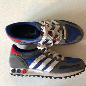 Super fede sneakers med xtra snørrebånd. Str. 40 2/3. MobilePay. Sendes med DAO 45kr