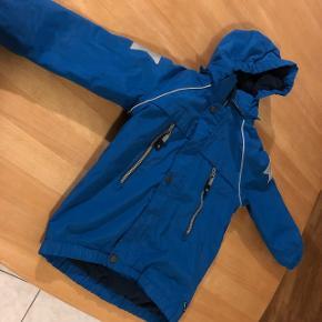 Molo jakke i str 110 sælges den er brugt men stadig rigtig pæn. Sælges for 200kr Afhentes 6752 Glejbjerg