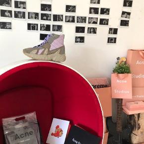 Varetype: Sneakers Farve: Multi Oprindelig købspris: 3700 kr. Kvittering haves. Prisen angivet er inklusiv forsendelse.  Sjælden Acne Sneaker.. Size 43 / US 10 high top sneaker Fremstår i god stand.  Retail  $560 / 3700dkk.  Sælges til 1200kr.