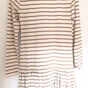 Kjolen er i perfekt stand, den er aldrig blevet brugt. Den kommer fra et røgfrit hjem.