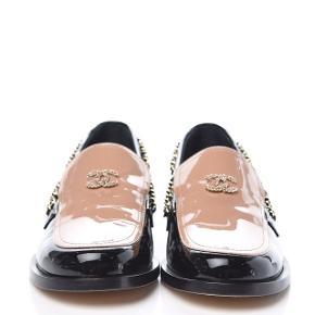 Chanel loafers i lak og guld detaljer med cc logo også i guld. Smukkeste loafers!  Str 41  Er nødt til at sælge dem de er for stramme til mig :(   Der følger ingenting med Kan måske finde æsken til dem. Alt andet haves ikke længere...  Skoene har begge serienummer indenfor!   Ønsker kun seriøse henvendelser!  Tænker på en pris omkring de 4000 kr  Men kom gerne med en bud.