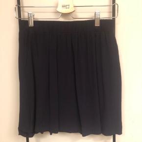 Envii nederdel i mørkeblå/sort. Er gået lidt op i den nederste syningen, men det kan nemt syes.