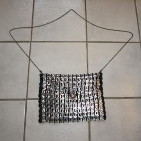 Helt unik lille gå-i-byen taske lavet af dåseringe med hæklede kanter, isyet foer og lang kæde til skulder eller cross-over. Ny og ubrugt.