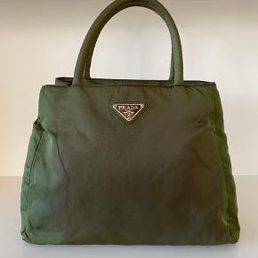 Smuk taske fra PRADA, tasken måler 30*27cm 🌸