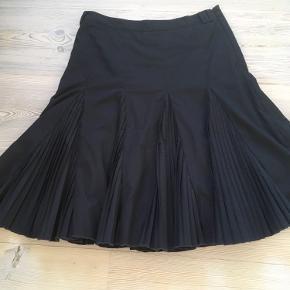 Mærke: Zara Basic Størrelse: S Materiale: 65 % Polyester, 32% Viscose, 3% Elastan Nederdel: Sort foret nederdel  Stand: kun brugt få gange  Sælges 50 kr.  Bytter ikke Sætter pris på tilfredse købere