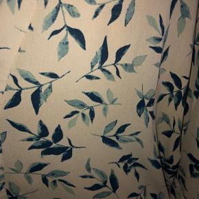 Rigtig smart kimono med flot mønster - se foto. Størrelse small/medium, men kan tilpasses de fleste størrelser da den er loose fit. Bindebånd. Længde: Ca. 75 cm Kun brugt få gange - fremstår derfor som ny. Bytter ikke. Se også mine øvrige annoncer. (AS)