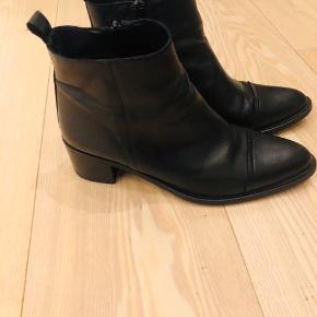 Sælger mine fine støvler. De er brugt ganske kort, da jeg blev gravid kort tid efter de blev købt og har ikke kunne passe dem siden. De er i rigtig pæn stand.