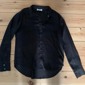 Super fin silke agtig skjorte. Næsten aldrig brugt. Kan passes af både xs, s og m - alt efter hvilket look man ønsker🌸