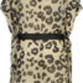 Masai Hadil tunic  Skab et afslappet boheme-look med denne skønne poncholignende tunika med leopardmønster. Kombinationen af det løse snit og det luftige, transparente stof gør tunikaen dejlig let at have på, og med det brede satinbælte i taljen skaber du hurtigt en mere feminin silhuet. En skøn tunika, der gør sig godt i et lag-på-lag look med en smal buks og en top indenunder.      Pasform: OVERSIZE       100% viskose     Længde ved størrelse M = 96 cm.