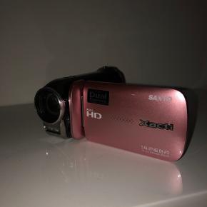 Sælger mit lyserøde Sanyo Xacti Dual camera Kan både video optage og fotografere   Oplader, batteri og manual medfølger   Fejler ingenting