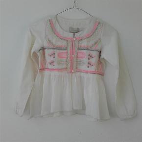 Varetype: Skøn ny skjortebluse med flot mønster Størrelse: 6-7år Farve: creme Oprindelig købspris: 299 kr.  Længde: 44 cm Brystomkreds: 72,5 cm Ærmelængde:46 cm