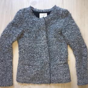 Sælger min IRO jakke, da jeg ikke får den brugt. Købt til min konfirmation i 2016, brugt få gange og er i super stand. Nypris ca. 2500kr, sælges til mindst 1000kr