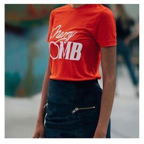 - pris er inkl fragt :))  Super fed t-shirt! ❤️🍒 Brugt sparsomt  • Sørger for at gøre handlen CO2 neutral ved slag 🌳 - tilbyder mængderabat