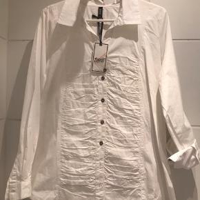 Hvid bluse med fint blondemønster Hvid helt ny skjorte  Mønstret bluse i flot blankt stof Alle str m 75 kr/ stk Se også mine andre annoncer med tøj