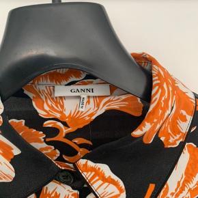 Ganni Geroux Silk   Fed silkeskjorte med bindebånd. Kan bruges både med og uden bindebånd.  Kun brugt to gange. VIRKELIG GOD PRIS