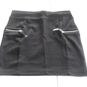 Varetype: NY fin nederdelStørrelse: 158/164 - 12/14 år Farve: Sort  NY fin lækker blød nederdel fra H&M.  Mindsteprisen er kr. 75+porto.  Jeg bytter ikke.