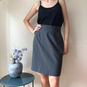 Flot grå nederdel i business-look. I rigtig god stand 🌸