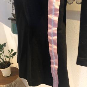 Sort habit jakke med lyserød/hvid stribe i siderne. Brugt et par gange, fejler intet. Sender gerne, bytter ikke.