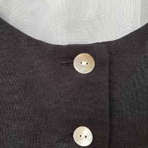 Vintage crop top i satin stof med perlemorknapper.