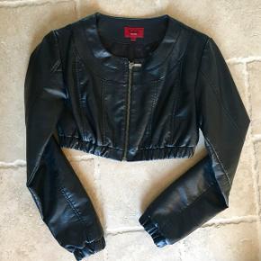 Lækker ægte sort læderjakke fra Kaos, aldrig brugt. Mp. 100 kr., tager gerne imod realistiske bud 👚