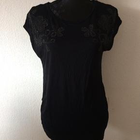H&M mama - t-shirt Str. L Næsten som ny Farve: sort Køber betaler Porto!  >ER ÅBEN FOR BUD<  •Se også mine andre annoncer•  BYTTER IKKE!