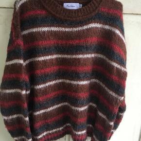 Ny ubrugt strik sweater fra Feelkoo i str 42. Brystmål: 2x 58 cm, længde 58 cm. 60% polyamide, 20% polyester og 20% wool.. Bytter ikke. Sælges for 450 kr. Se også mine andre annoncer!!!