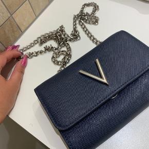 Sælger denne smukke Valentino taske. Den har været brugt 3 gange. Standen er ligeså god som ny. Men dog mangler der et lille vedtæng, som er faldt af.💙 tasken er omkring 8 måneder gammel